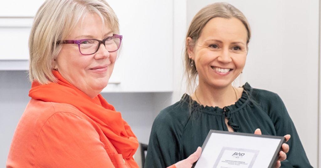 Animalian puheenjohtaja Erja Laakkonen luovuttaa Pro Animalia -eläinoikeuspalkinnon Polkka oy:n toimitusjohtaja Hannele Portmanille.