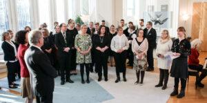 Presidentti Sauli Niinistö ja rouva Jenni Haukio ottavat vastaan ympäristö- ja eläinjärjestöjen tuoman kasviskorin.